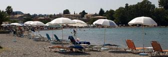 Het kiezelstrand van Gouvia op Corfu
