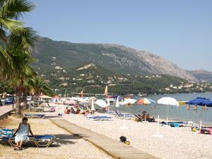 Ipsos strand en boulevard op Corfu