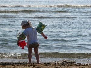 Kindje aan het strand op Corfu tijdens een vakantie